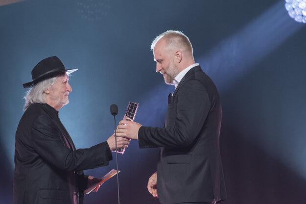 Peter Bebjak si z rúk Juraja Jakubiska preberá cenu za najlepšiu réžiu.