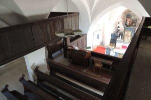 Interiér kostolíka v strede Európy.