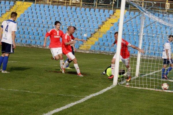 Rozhodujúci moment zápasu. Kapitán FK Košice Pavol Turczyk strieľa víťazný gól.