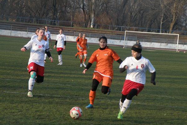 Kanonierka Noémi Pintérová (v oranžovom) strelila Petržalčankám šesť gólov.