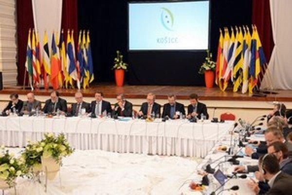 Takto sedeli v Košiciach. Zľava Peter Weiss, Ján Čarnogurský, Miroslav Číž, Vladimír Faič, Pavol Paška, Matthias Platzeck, Rainer Lindner, Franz Thönnes a Martin Hoffmann.