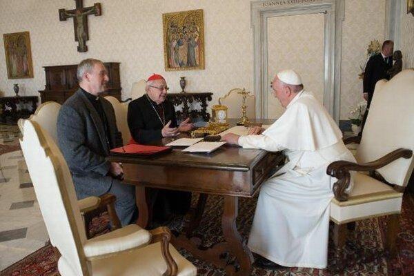 Pápež František s arcibiskupom Róbertom Bezákom, ktorého v piatok prijal vo Vatikáne na súkromnej audiencii.