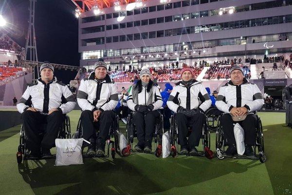 Slovenská curlingová reprezentácia na paralympiáde. Zľava: Peter Zaťko, Dušan Pitoňák, Monika Kunkelová, Radoslav Ďuriš a Imrich Lyócsa.