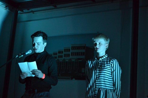 Súčasťou stredajšej akcie sú premietania filmových dokumentov aj divadelné vystúpenie Pražského divadla na půdě s novou československou angažovanou hrou Slam otřesu. Tvorcovia ju prvý raz uviedli nedávno počas takzvanej žižkovskej noci v Prahe, ktorej súčasťou bol aj básnický manifest a otvorené listy Jaromírovi Čižnárovi a Milošovi Zemanovi.