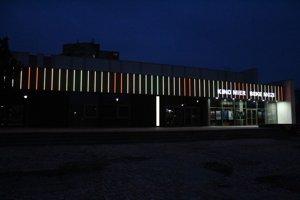 Nedávno zrekonštruovali fasádu kina Mier. Pribudlo nové osvetlenie.