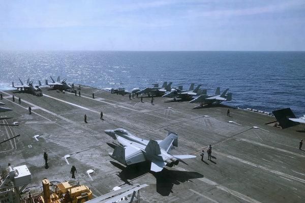 Palubný personál pripravuje stíhacie stroje F-18 na štart z paluby lietadlovej lode USS Theodore Roosevelt.