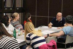 Herci s režisérom Romanom Polákom počas čítacej skúšky.