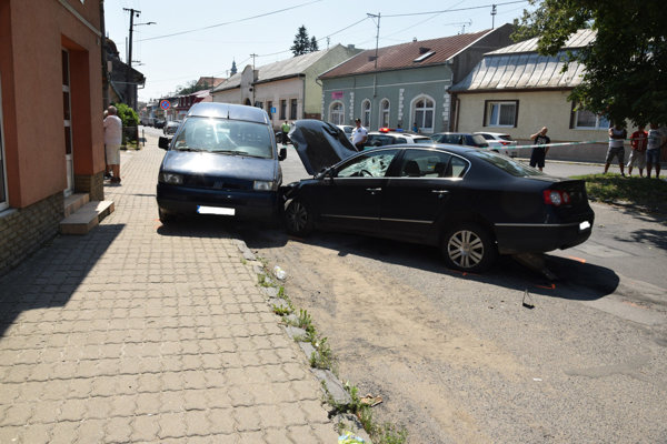 Volkswagen najprv zrazil ľudí, potom vrazil do zaparkovaných vozidiel.