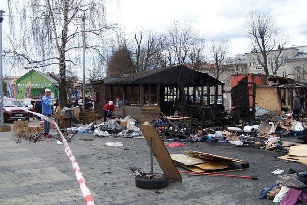 Na tržnici mali na druhý deň po ohni veľké upratovanie.