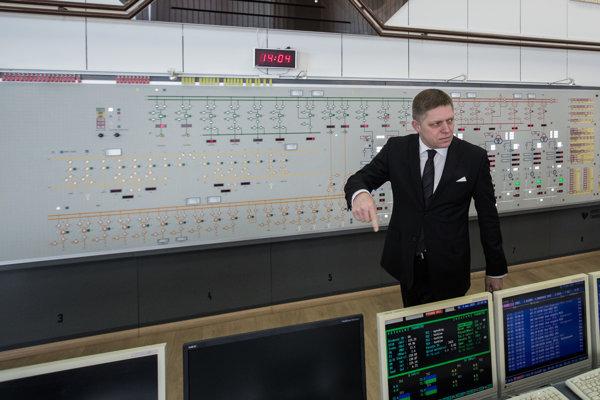 Expremiér Robert Fico v čase, keď si prešiel prevziať Vodnú elektráreň Gabčíkovo.