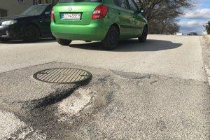 Ročne sa míňajú na opravy defektov vozovky tisíce eur.