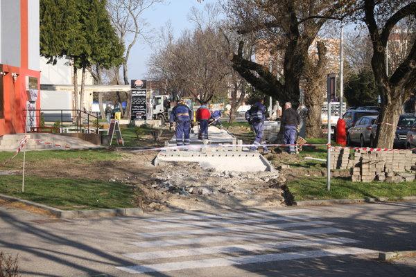 Na Dolnej ulici v Šali opravujú chodník.