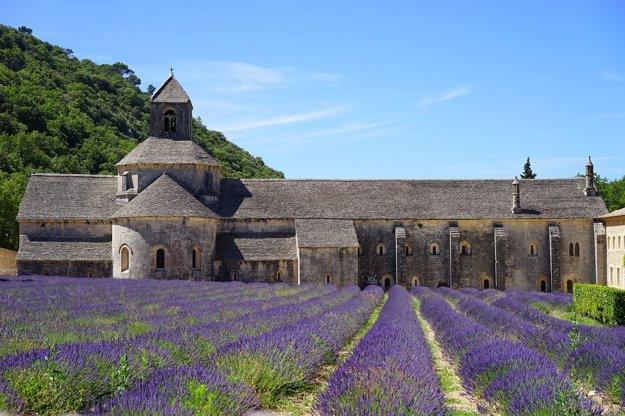 Levandulové polia pri kláštore Sénanque