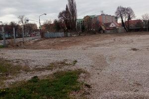 Pred OC Kaufland vyrúbali stromy, pribudne tam parkovací dom.