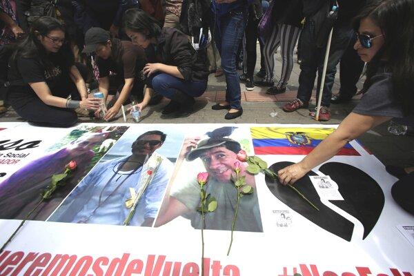 Obyvatelia Quita počas piety za unesených novinárov.