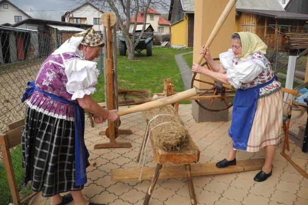 Na snímke vpravo Mária Bukovinová, vľavo Margita Kormošová, obe sú držiteľkami titulu kráľ remesiel EĽRO.