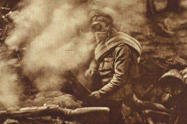 Ruskí vojaci v zákope po nemeckom plynovom útoku.