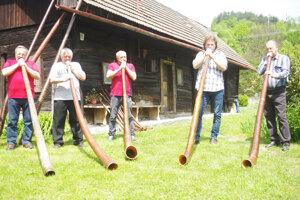 Folkloristi z Lúk hrajú na trombity.