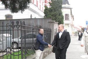 Mazurek prichádza na súd.