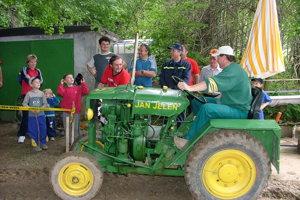 Miestna organizácia DT Klub Unín organizuje súžaž podomácky vyrobených traktorov.