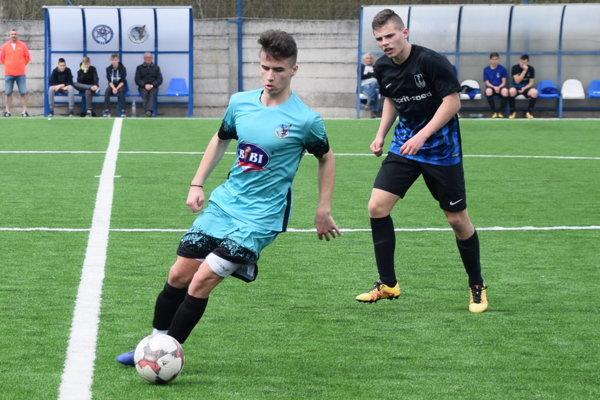 Dorastenci zKrásna nad Kysucou (v slabomodrom) prehrali doma sDolným Kubínom 0:6.