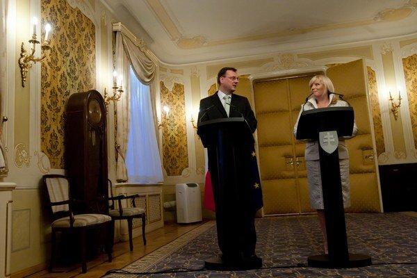 Iveta Radičová je na tom lepšie ako je kolega Petr Nečas.