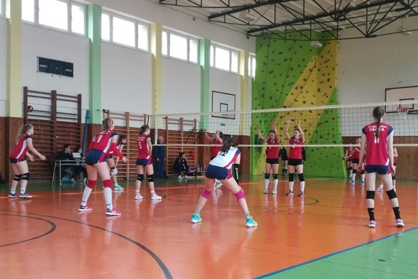 Snímka zo zápasu kadetiek. Zľava: Sabína Cholujová, Erika Turiaková, Dorka Pišteková, Gabriela Bazgerová, Ema Kubánková aSandra Kováčiková.