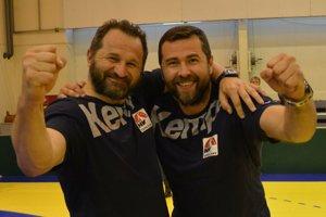 Tréner Pavel Farář (vľavo) a vedúci mužstva Peter Kopecký sa minulý rok tešili z bronzových medailí. Ako dopadne Agro v play-off v tomto ročníku?
