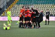 Radosť hráčov Ružomberka po postupe do finále Slovnaft Cupu po skončení odvety semifinále.