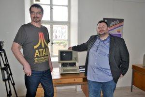 Zberatelia akurátori výstavy Radovan Ceglédy (vpravo) aMartin Ďurík pri Apple IIe.