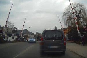 Auto vošlo na priecestie napriek výstražnému znameniu.