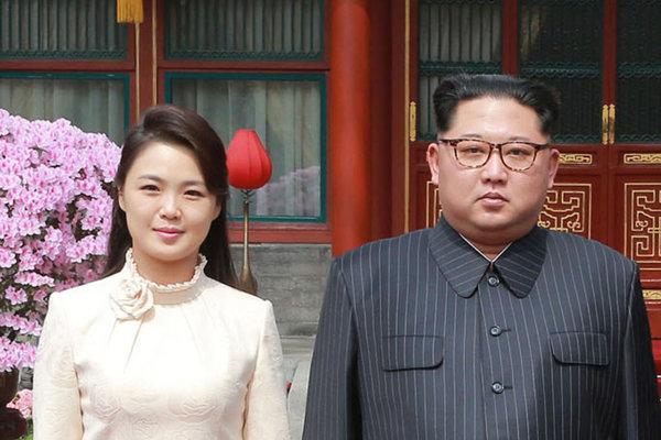 Kim s manželkou Ri Sol-džu.