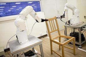 Robotické ruky zvládli poskladať stoličku.