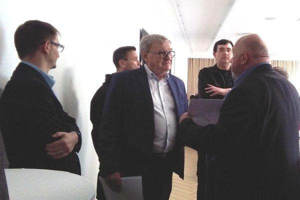 """I. Grajciar (vpravo) pred J. Kozom a """"esbéeskou"""" obhajuje svoj vstup na rokovanie valného zhromaždenia Jednoty."""