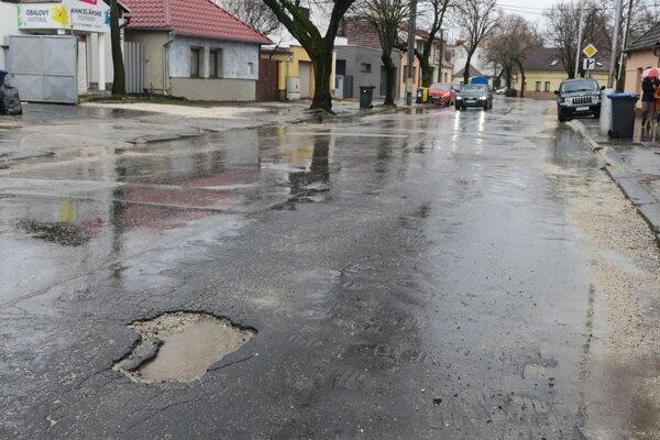 """Menšie výtlky v Piešťanoch """"zalievajú"""" zamestnanci mesta, väčšie zasa dodávateľské firmy."""