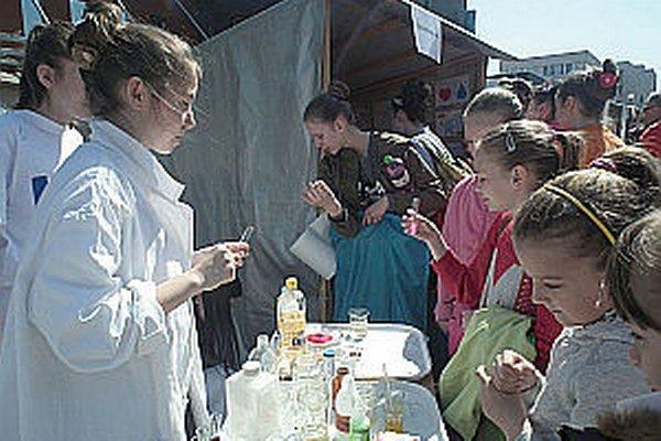Mladé výskumníčky testovali dokonca aj poslúchanie detí.