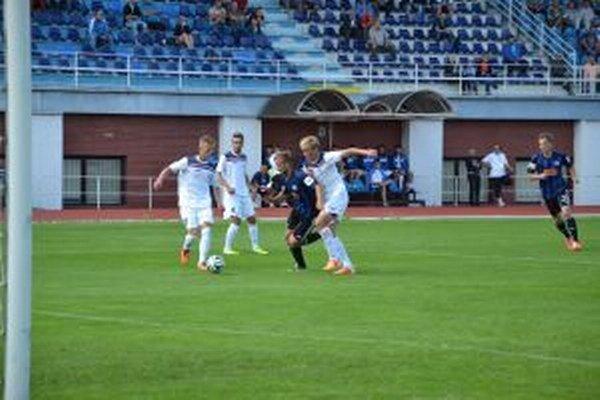 Dubničania (v bielom) nastúpili proti Slovanu B oproti jesennému duelu s poriadne zmenenou zostavou.