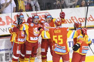 Gólová radosť hráčov Trenčína v piatom zápase finále playoff Tipsport Ligy.
