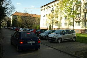 Pilotne mali nový systém parkovania zaviesť na Podjavorinskej.
