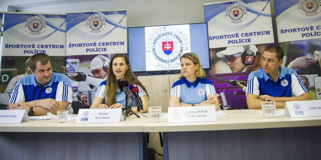 Na snímke zľava hovorca Športového centra polície Michal Varga, strelkyne Danka Barteková, Zuzana Rehák Štefečeková astrelec Erik Varga počas tlačovej konferencie kpripravovanému Svetovému poháru vKórejskej republike.
