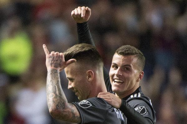 Albert Rusnák (vľavo) sa raduje zo svojho gólu.
