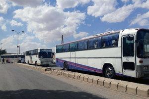 Podľa zdroja z prostredia sýrskej armády je medzi 1156 evakuovanými ľuďmi 505 bojovníkov, ktorí pred nástupom do autobusov odovzdali svoje zbrane.