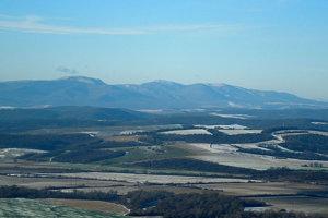 Pohľad na Slanské vrchy z Červenej skaly.