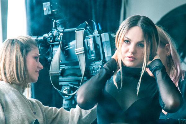 Klip sa nakrúcal deň a noc, Lina v ňom vystriedala niekoľko šiat.