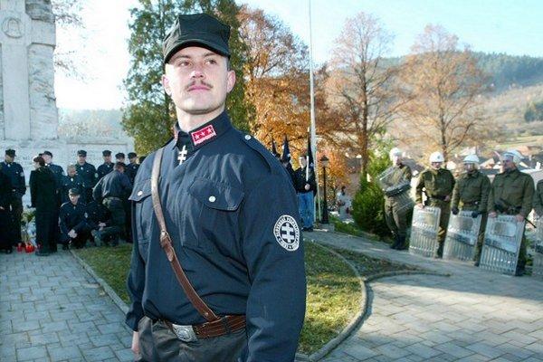 Roky vystupoval v uniforme. Učil na strednej škole, robil prevádzkara a teraz bude Marian Kotleba viesť Banskobystrický kraj.