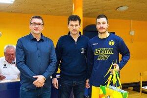Prezident BK Iskra Ján Drobný, člen vedenia klubu Václav Hajduk ahráč Saša Avramovič (zľava).