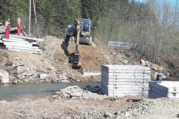 Podklad pre druhé premostenie, bližšie kdedine, robili robotníci vo štvrtok.