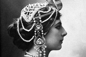 Mata Hari (1876 – 1917) Margaretha Geertruida Zelleová známa Mata Hari, bola holandská tanečnica, ktorá používala svoju krásu a sexuálnu príťažlivosť na získavanie vojenských informácií počas prvej svetovej vojny. Ako dvojitú špiónku ju obvinili zo smrti 50 000 mužov a popravili.