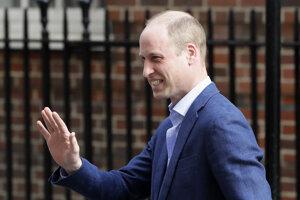 Britský princ William máva pri odchode z nemocnice St. Mary.