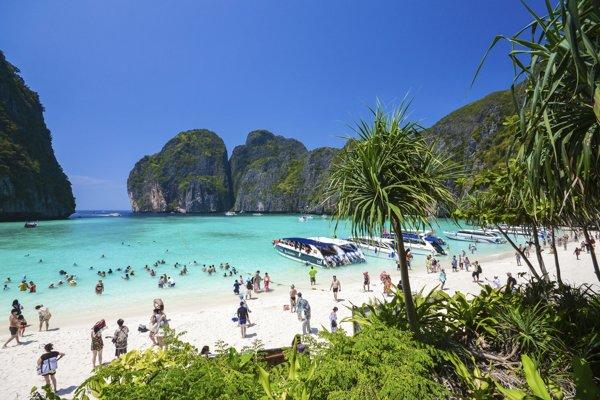 Thajský biely piesok a tyrkysové more.